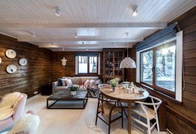 Дачный ответ Синяя кухня у белого камина Белый потолок коричневые стены
