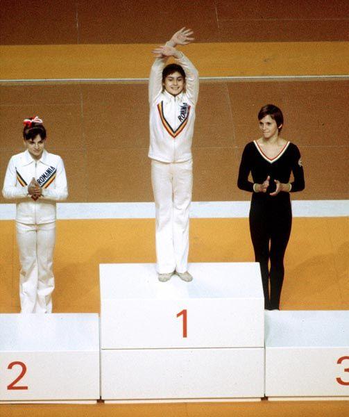 Nadia Comaneci (centre) du Roumanie célèbre sa médaille d'or aux barres asymétriques en gymnastique aux Jeux olympiques de Montréal de 1976. (Photo PC/AOC)