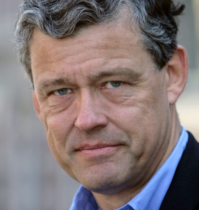 Charles Groenhuijsen 16-04-1954  Nederlands journalist en publicist. Hij presenteerde op televisie de geschiedenisserie Verleden van Nederland. De uitzending door de VPRO was in het najaar van 2008.  Sinds mei 2013 is Groenhuijsen een van de presentatoren van WNL op Zondag.  Groenhuijsen is woonachtig in Bethesda (Maryland), net buiten Washington D.C.. Hij is getrouwd en heeft drie kinderen.  https://youtu.be/3MnoCs7SIPQ