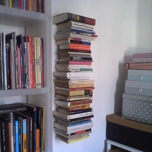No nos cabían más libros, así que les hemos dicho que se quedasen flotando. #estanteríasinvisibles #estantería #invisible #libros #bibliotec...