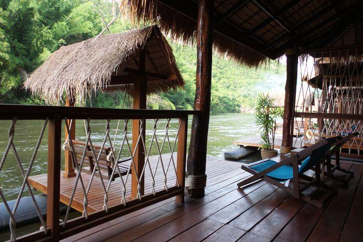 The FloatHouse River Kwai Resort, River Kwai, Thailand (dag 4 tot en met 7) // Dit was een heel fijn hotel/hutje, na het drukke Bangkok. Met je zwemvest kun je vanaf het restaurant het water inspringen, om vervolgens drijvend op de stroming bij de vlonder aan het einde van het hotel uit te komen. Het zwembad van het hotel verderop biedt ook fijne verkoeling. Hier mag je ook gewoon gebruik van maken.