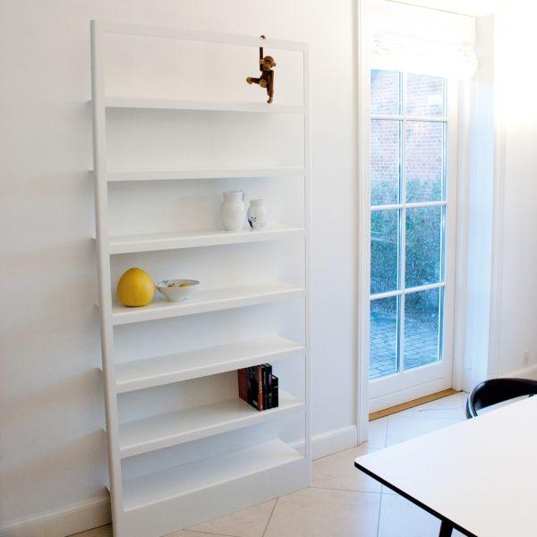 FRAME reol i hvid eller sort aluminium. Meget minimalistisk gulvreol i Skandinavisk design.