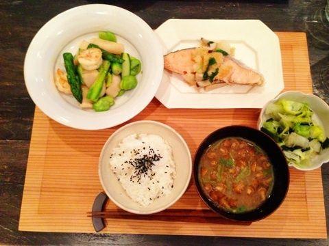 エビとホタテの中華炒め レタスとわかめの酢の物 ゆで塩鮭のおろしがけ なめこと三つ葉のお味噌汁