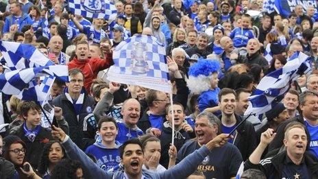 Hinchas del Chelsea en Londres, celebrando que son los campeones de la Champions. Good for them!
