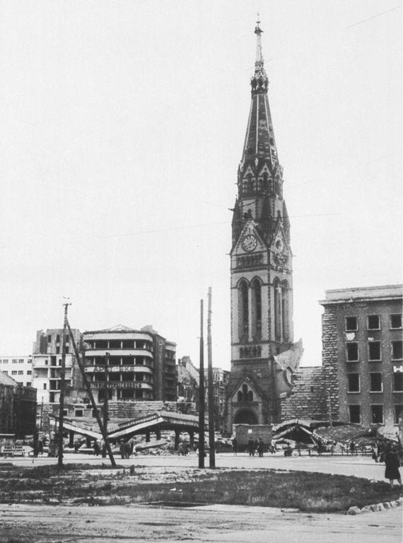 Berlin. Ruine der Georgenkirche am Alexanderplatz. Sie war eine evangelische Kirche, die – wie viele andere Kirchgebäude Berlins – im Zweiten Weltkrieg zerstört und nicht wieder aufgebaut wurde. Der von 1898 bis 1949 zu seiner Sprengung bestehende Kirchturm der Georgenkirche war mit 105 Metern Höhe nach der alten Kuppel des Berliner Doms (114 Meter) die größte Höhendominante im historischen Berlin.