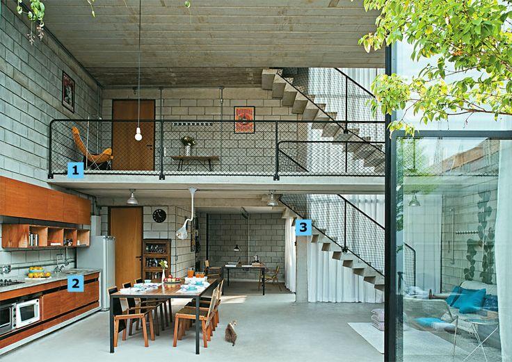 Erguido com R$ 270 mil, este sobrado de 185 m² em São Paulo é fruto de muito planejamento e boas ideias – numeradas a seguir.   Jovens e ar...