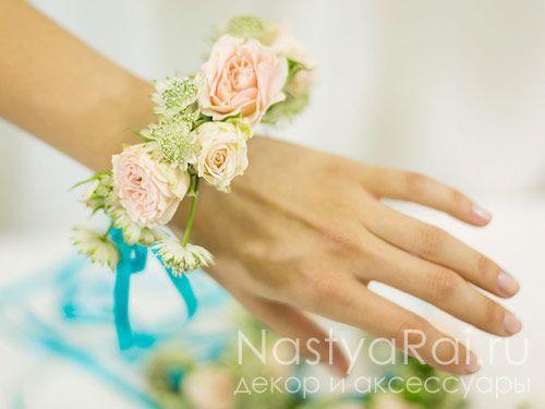 Нежно-розовый браслет из живых цветов