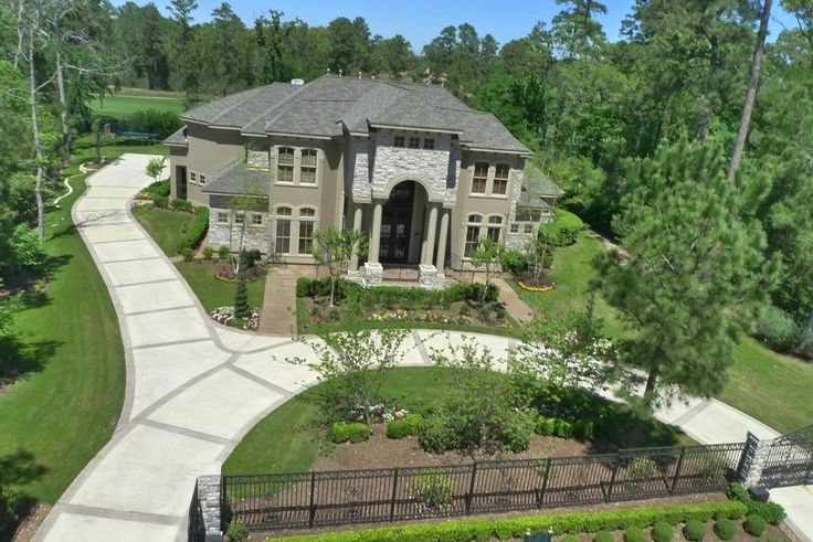 25 best ideas about circle driveway landscaping on for Semi circle driveway designs