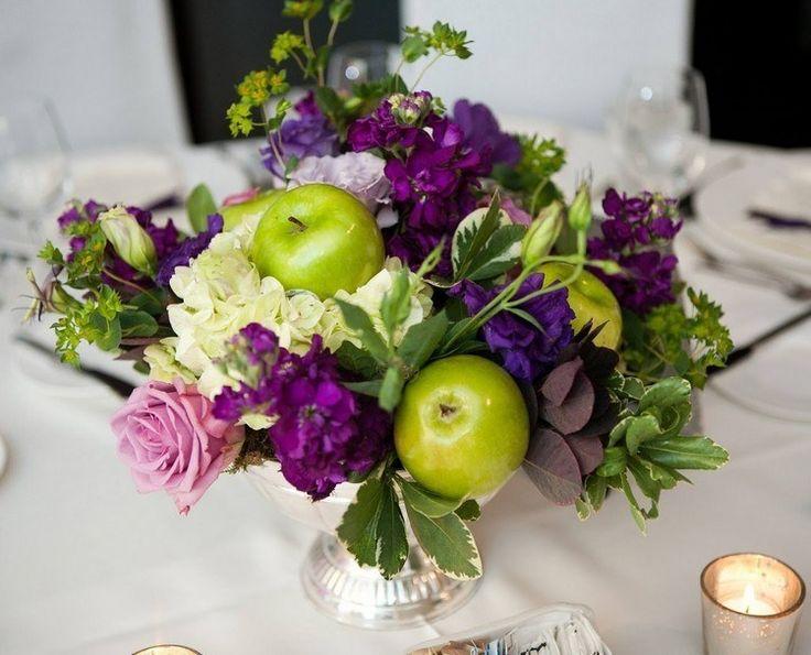 bouquet de roses, hortensia blanc, fleurs pourpres et pommes vertes en tant que déco de table naturelle