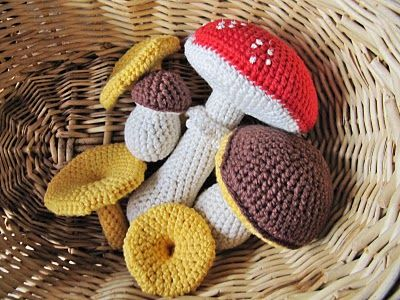 Mushrooms Crochet Pattern. No English translation but should be able to pick it up from pictures.