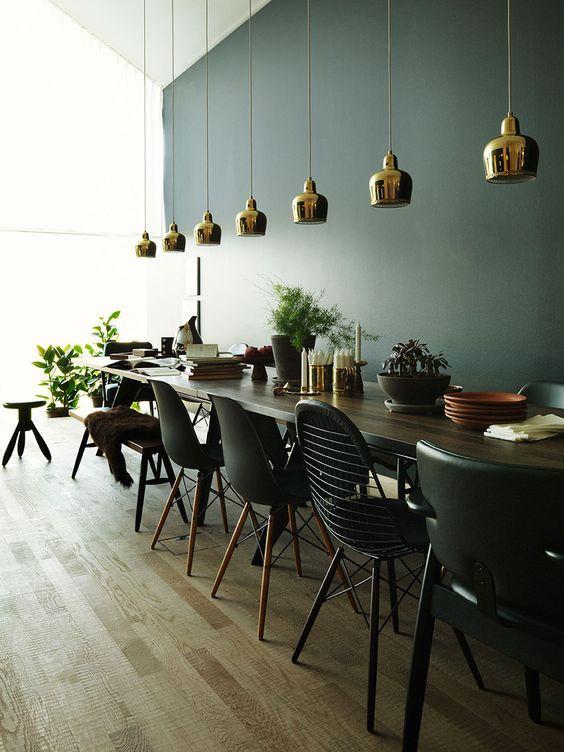Chaises dépareillées de même couleur autour de la table http://www.homelisty.com/chaises-depareillees/