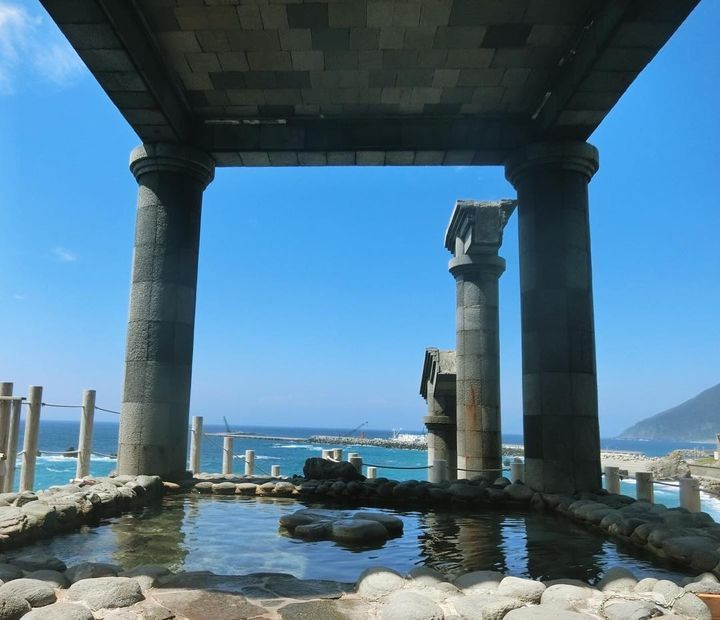 まるでギリシャ神殿!新島にあるオーシャンビュー露天風呂「湯の浜露天温泉」とは もっと見る