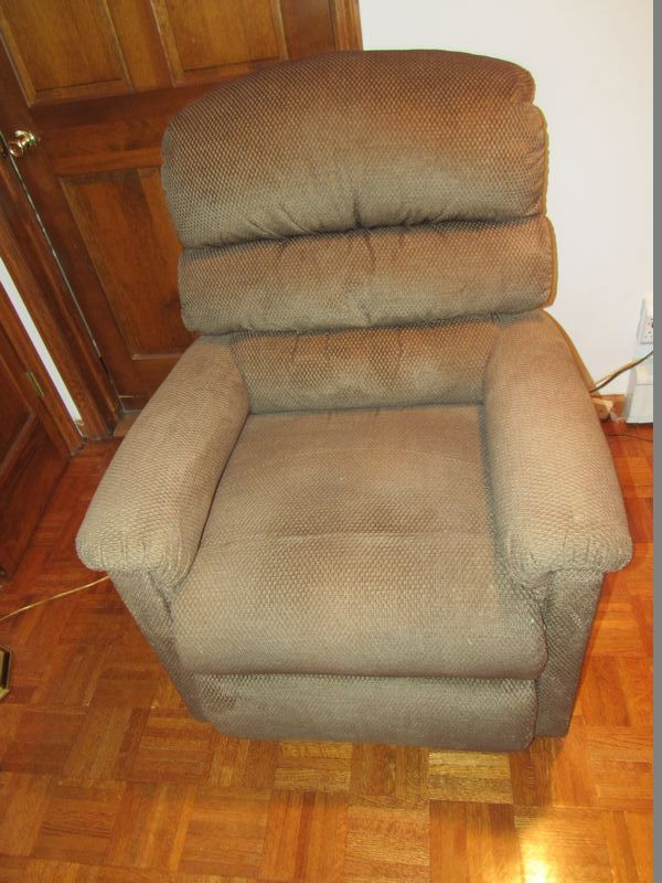 La Z Boy Brand Powered Recliner And Lift Chair In Good Working