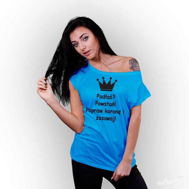 Koszulka z nadrukiem damska Padłaś? Powstań! Popraw koronę i zasuwaj! Niebieska.   #tshirt #dlaniej #girl #padłaś #powstań #poprawkoronę #zasuwaj #koszulka #damska #nadruk #tshuttle