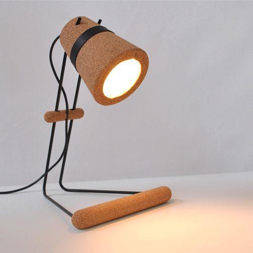 Excelente lámpara de escritorio realizada en corcho cuyo ensamblaje no precisa de tornillos ni adhesivos