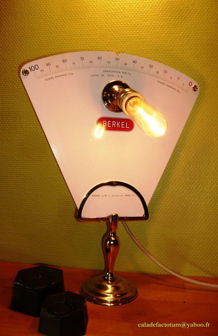 Lampe balance de l'épicerie d'autrefois   Cette lampe vous rappellera chaleureusement l'ambiance de l'épicerie d'autrefois...  Créée sur la base d'un plateau de balance Berkel des années 60's et d'un piétement en laiton poli et équipée d'une douille laiton et porcelaine supportant une ampoule tubulaire de type Edison. La câble en textile de lin écru est conduit par un passe-câble et une poulie porcelaine et laiton d'une ancienne lampe monte-et-baisse.