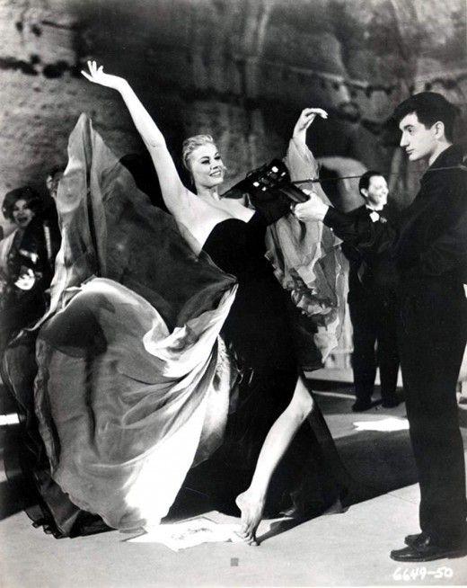 Πάρτι στις Θέρμες του Καρακάλα. Μερικά ζευγάρια χορεύουν βαριεστημένα. Ο Μαρτσέλο χορεύει μαζί της και της λέει κοιτάζοντάς την μέσα στα μάτια: 'Ποιά είσαι Σύλβια; Είσαι τα πάντα, η Εύα, η πρώτη γυναίκα στη γη, άγγελος, διάβολος, μάνα, αδελφή, ο ωκεανός, σπίτι, ναι σπίτι!'