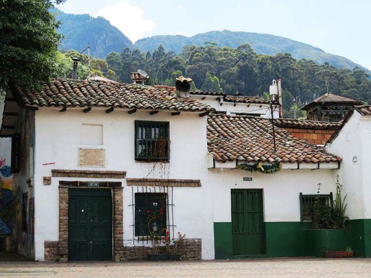 9. Sobre las casas y los techos de barro se pueden ver los cerros orientales de Bogotá