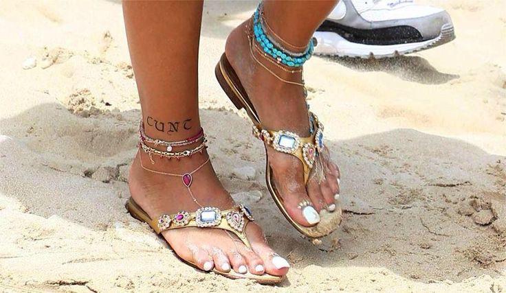 """Tatuaggio temporaneo di rihanna nella sua caviglia con la parola """" figa."""""""
