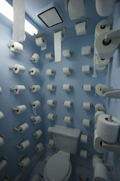 Gros délire déco dans ces toilettes hors du commun ! Une performance artistique à réaliser chez soi. Ou pas. N'hésitez pas à mentionner @bonjourbibiche si vous trouvez des idées déco improbables : on adore ça :-) Happy pinning!