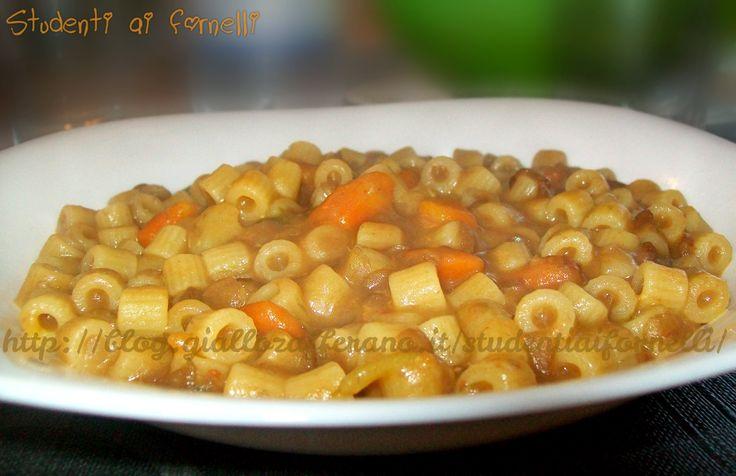 La pasta e lenticchie è un primo piatto genuino ed economico, ricco di ferro e quindi molto sostanzioso.La ricetta della pasta e lenticchie è molto semplice