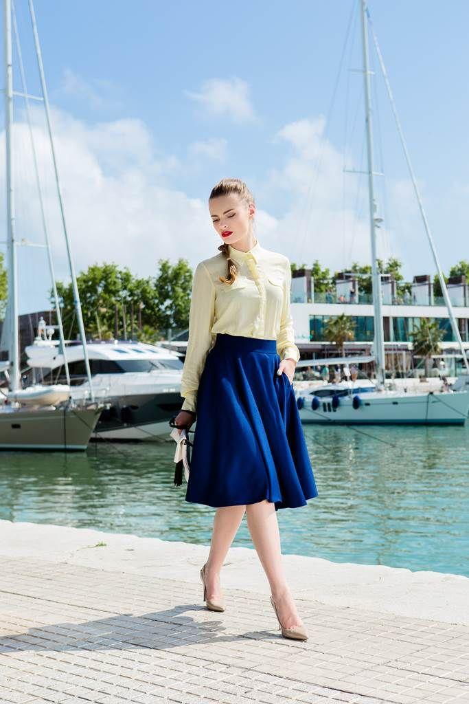 Fusta clos albastra Spring: Fusta clos este un articol de imbracaminte care nu poate lipsi din garderoba niciunei femei. Este feminina si subliniaza talia...