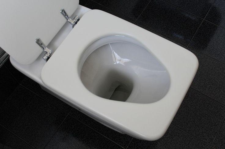 Do záchodové mísy nalijte asi ½ šálku tekutého saponátu. Saponát je hustší a těžší, než voda, takže by vše mělo dopadnout podle očekávání.
