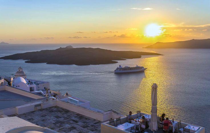 Het Griekse eiland Santorini kent zoveel magie: het is bijna niet te omschrijven hoe mooi dit vulkanische eiland is. Veel mensen bezoeken Santorini tijdens een eilandhopvakantie, een vakantie waarin je meerdere Griekse eilanden aan doet om zo een goed beeld te krijgen van hoe diverse Griekenland eigenlijk is. Hoewel alle Griekse eilanden an sich bijzonder …