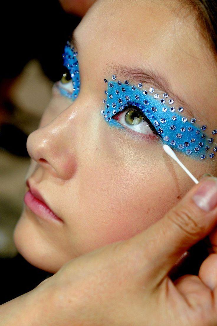 maquillage Halloween facile à réaliser et make up des yeux en bleu cyan et strass assortis