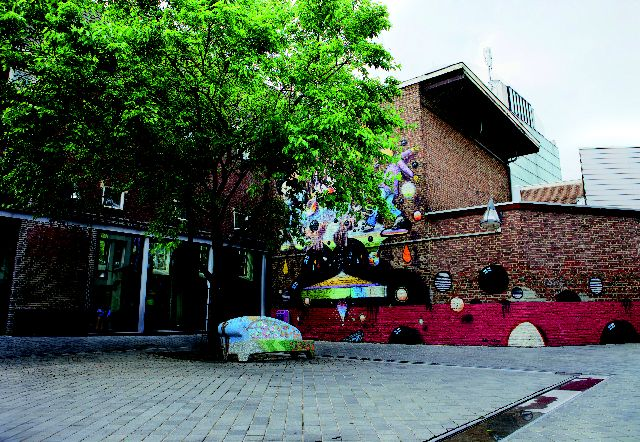 De Morenhoek heeft zijn naam waarschijnlijk ontleend aan het feit dat hier gesneuvelde Moren, gekleurde soldaten in dienst van de Spanjaarden, begraven werden (tijdens de Spaanse bezetting 1580-1610 en tijdens de 80-jarige oorlog). Vanaf 1985 vinden dansers de weg naar de Morenhoek (Swing-Inn). In de zomer is het een unieke plek voor 'open-air' dansfeesten. Overigens vind je op de Morenhoek een social sofa (De Vier Jaargetijden van Elyanne Lempers) en de Mural is van Collin van der Sluijs.