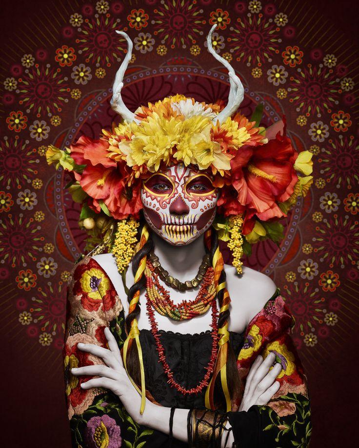'Été' Photo : Tim Tadder MUA : KrisztiannaTim Tadder est un photographe américain basé à Los Angeles. Dans cette ville fortement influencée par la culture mexicaine, le Día de los Muertos, le « Jour des Morts » en français. En Octobre 2014, Tadder découvre le travail de la make-up artist Krisztianna, spécialiste dans le domaine.  Ensemble, ils créent quatre personnages, représentant chacun une saison. C'est une terre récemment incendiée qui a été choisie comme lieu de shooting.