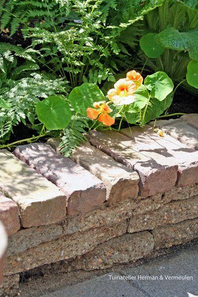 Verhoogde border met hergebruikte materialen. Ontwerp kleine patio stadstuin Tuinatelier Herman & Vermeulen.