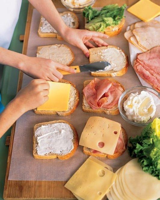 パン、ハム、スライスチーズ、あらかじめ切っておいた野菜を別々に持っていって、その場でお好みのサンドイッチを作るのも。みんなとワイワイ楽しみながらランチが出来ます。