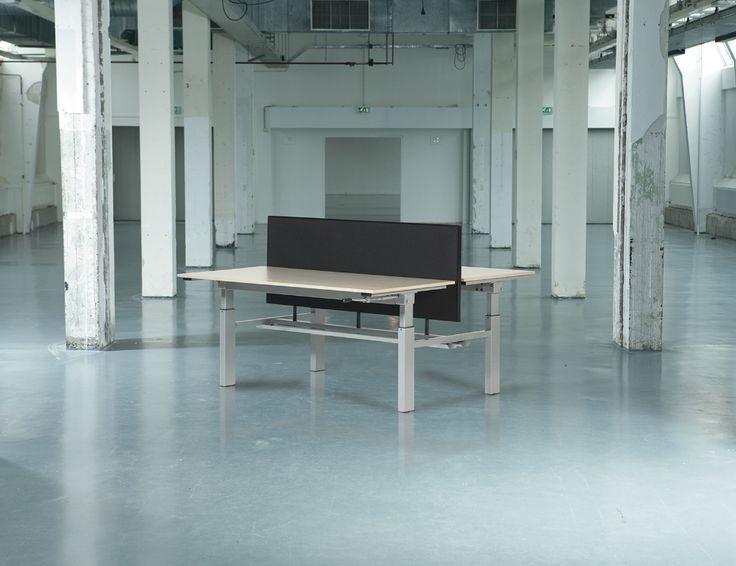 """Bureau van Schaffenburg (Othello), deze duo-bureaus zullen in 6 blokken van 4 werkplekken worden opgesteld in de nieuwe kantoorruimte. Twee van deze bureaus zijn te verstellen naar """"staande werkplek""""."""