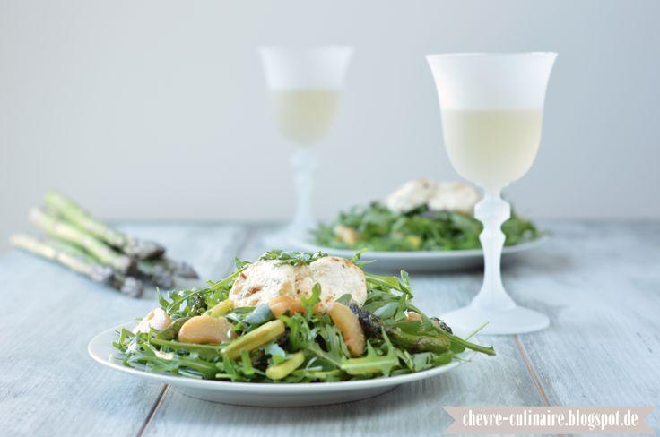 Frühlingssalat mit Ruccola, gebratenem grünen Spargel, karamellisiertem Rhabarber und Ziegenkäse