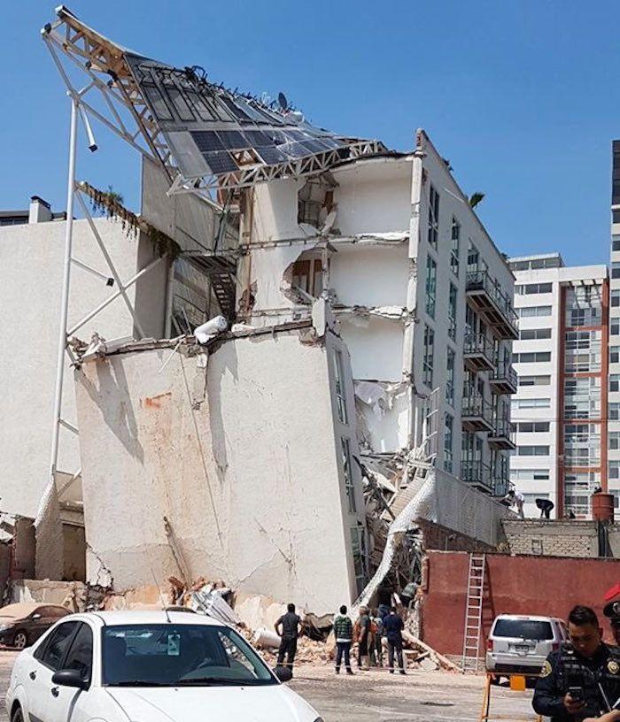 """La empresa Dekah Inmobiliaria construyó hace dos años un conjunto residencial de doce pisos en Insurgentes Norte en la delegación Gustavo A. Madero. Tras el temblor, tuvo que ser desalojado por presentar grietas y """"por el tipo de daños puede colapsar"""", evaluó el arquitecto José Bernal."""