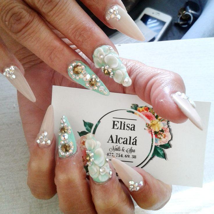 Uñas acrilicas / acrilic nails de verde turquesa y nude, decoradas con flores acrilicas 3d en blanco, Cristales Swarovski y estoperol en forma de diamante color dorado
