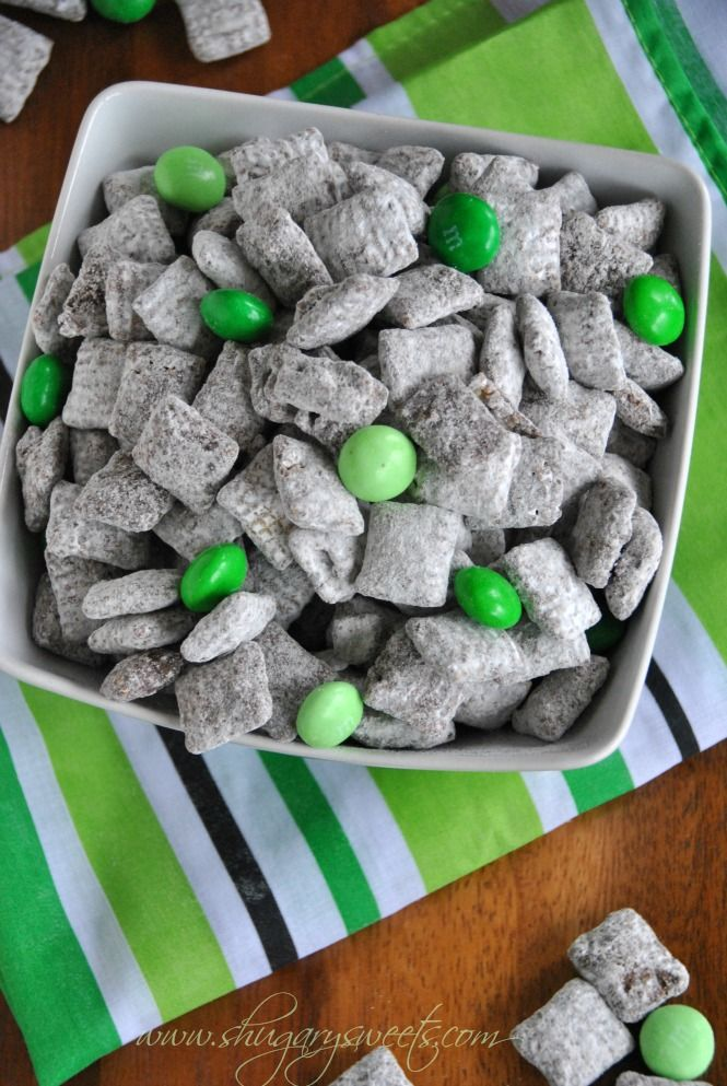 Thin Mint Puppy Chow: this recipe for puppy chow tastes like Thin Mint Cookies