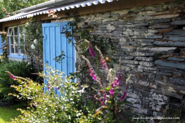 Silver Pennies: Across the Pond (Part 4): Down to the Farm - lovely Cornish cottage in the woods.  Fantastic door!