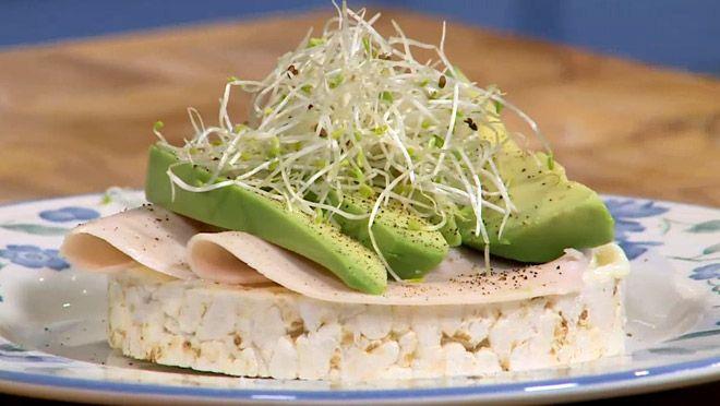 Rijstwafel met kipfilet en avocado - recept | 24Kitchen