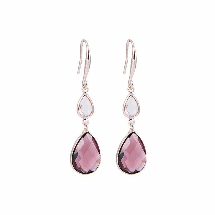 Långa örhängen med snyggt utformade krokar av koppar med roséfinish. Örhängena har två droppformade facetterade kristaller i klart och grått glas. Längd, in