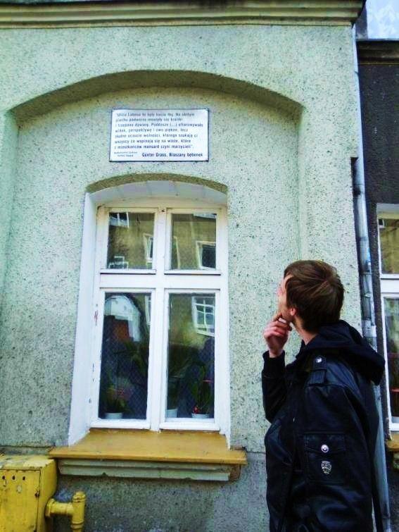Kamienica w której mieszkał Günter Grass. Niemiecki pisarz, laureat Nagrody Nobla, dzieciństwo spędził w Wolnym Mieście Gdańsku. Mieszkał przy ulicy Lelewela (wówczas: Labesweg) w dzielnicy Wrzeszcz (wtedy: Langfuhr).