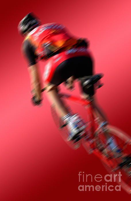 racing cycle from behind in dynamic angle, red background  Dynamische Perspektive eines Rennradfahrers von hinten, vor rotverlaufenden Hintergrund, mit Bewegungsunschaerfe