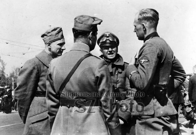 Männer der Leibstandarte-SS Adolf Hitler verhandeln mit holländischen Offizieren über die Kapitulation in Rotterdam, 1940 Scherl/Süddeutsche Zeitung Photo