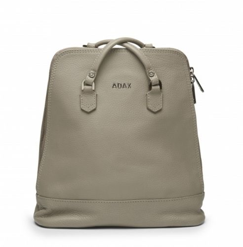 Fri frakt på ordre fra kr.999,- Leveringstid: 1-4 virkedager Adax Cormorano backpack. Stilig liten ryggsekk i fargen Elephant. Cormorano skinn med struktur og høy kvalitet.  27 x 28 x 6 cm
