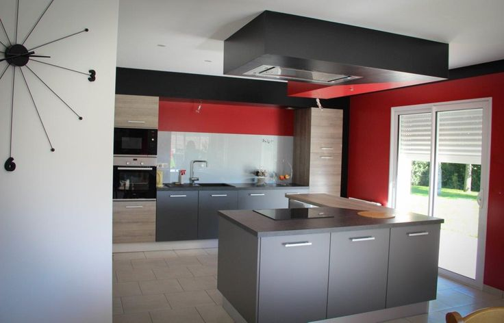 Et si on misait sur le rouge pour dynamiser sa cuisine ? Pari réussi pour le magasin Arthur Bonnet de Laval, créateur de cet espace moderne et vitaminé !