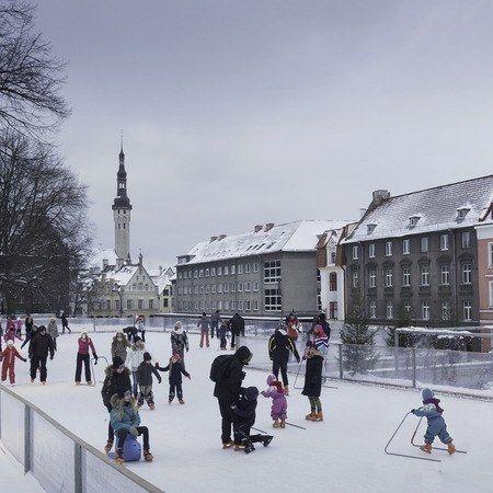 Mikset viettäisi hetkeä luistimilla Vanhankaupungin sydämessä? Harju-kadulla sijaitseva pop up -luistinrata kuuluu jälleen kerran Tallinnan talveen. Nigulisten kirkon vieressä sijaitseva rata aukeaa tänä vuonna 26.11. ja on auki pitkälle ensi vuoteen sään salliessa. Tarkista aukioloajat Uisuplatsin nettisivuilta. #eckeröline #tallinna #uisuplats #skating