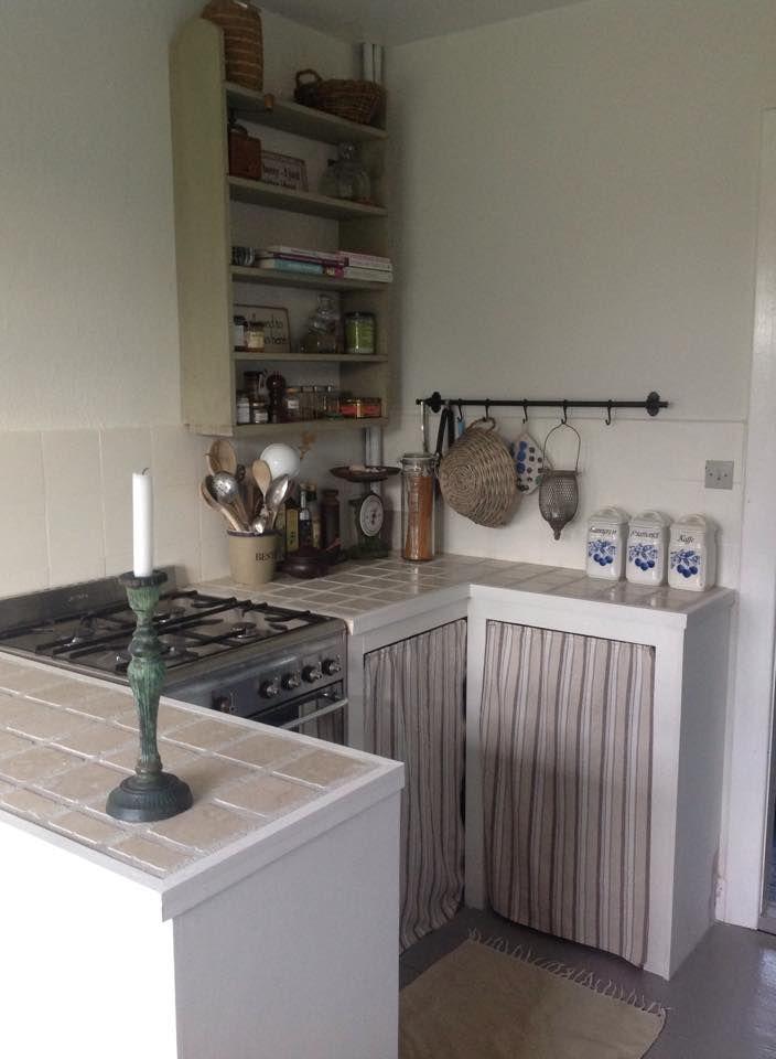 Hjemmebygget køkken malet i creme.....både fliser og elementer.... Gulv malet i Grey.....