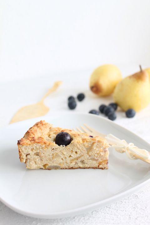 Dieser Frühstücksauflauf mit Quark und Dinkelgrieß ist sehr saftig, gesund und lecker. Das einfache Rezept ist mit Birnen, Bananen und Heidelbeeren.