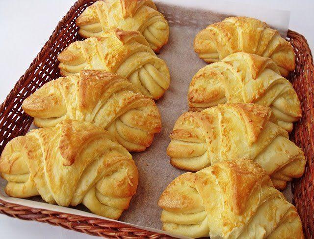 citromhab.blogspot.com/  Croissant so syrom  Zloženie: 12 kusov  Na cesto  350 g múky hladkej  350 g múky polohrubej  40 g droždia  100 ml mlieka  100 ml oleja  350 g bieleho jogurtu  2 vajcia  1 polievková lyžica soli  1 lyžička cukru  Na náplň  50 g rozpusteného masla  250 g syra  1 vajce na potretie  Príprava:  kvások z vlažného mlieka, trochu cukru .vymiesime cesto zo všetkých surovín. necháme aspon 1 hod kysnúť..cesto vymiesime na pomúčenej doske..vygúľame 6 bochníkov.necháme podkysnúť.